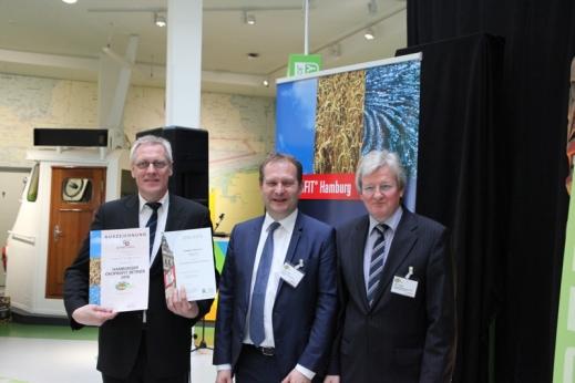 Umweltsenator Jens Kerstan und der stellvertretende Landrat des Landkreises Harburg, Uwe Harden, überreichten Hrn. Leber die Urkunden
